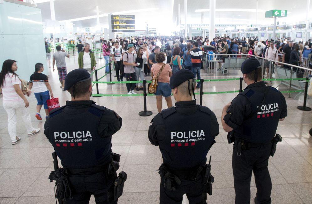 Foto: Las fuerzas de seguridad del Estado intensifican su presencia en Barcelona-El Prat. (EFE)