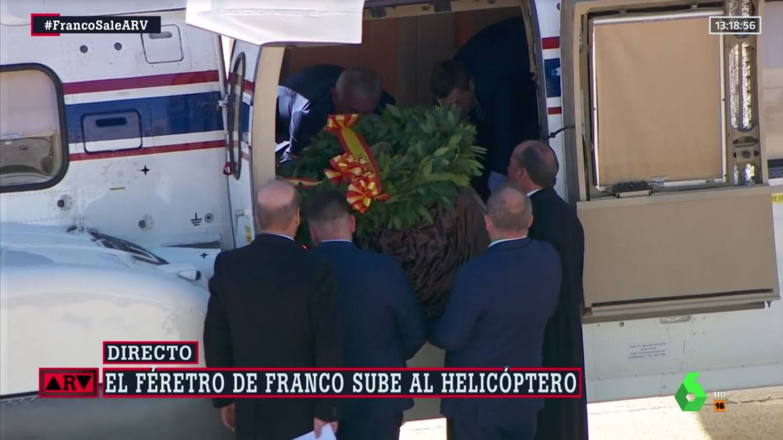 Subida del féretro al helicóptero. (Atresmedia)