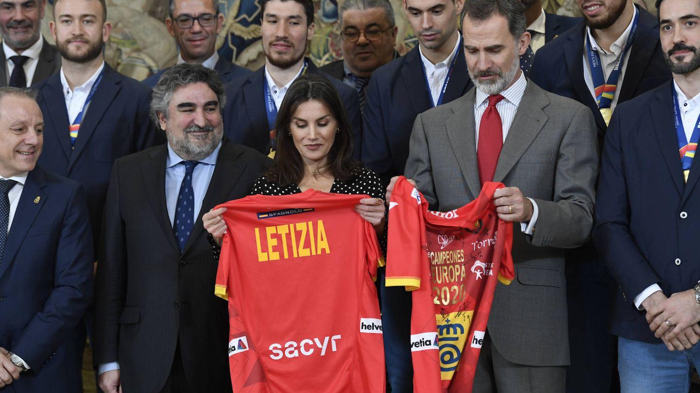 Los Reyes con sus camisetas. (LP)