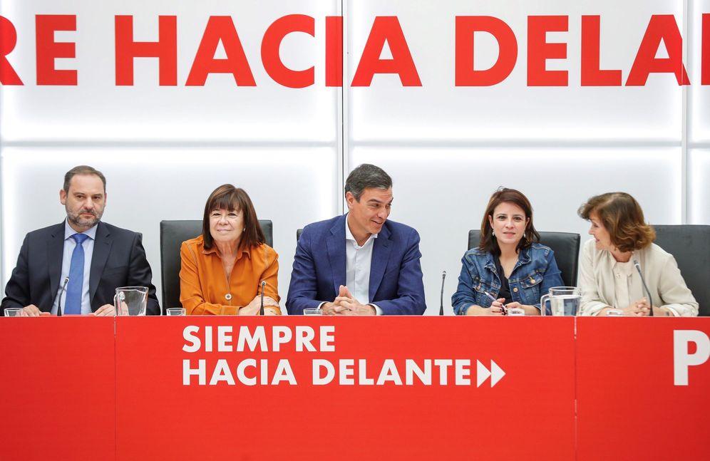 Foto: Pedro Sánchez, con José Luis Ábalos, Cristina Narbona, Adriana Lastra y Carmen Calvo, este 10 de junio en la ejecutiva del PSOE. (EFE)