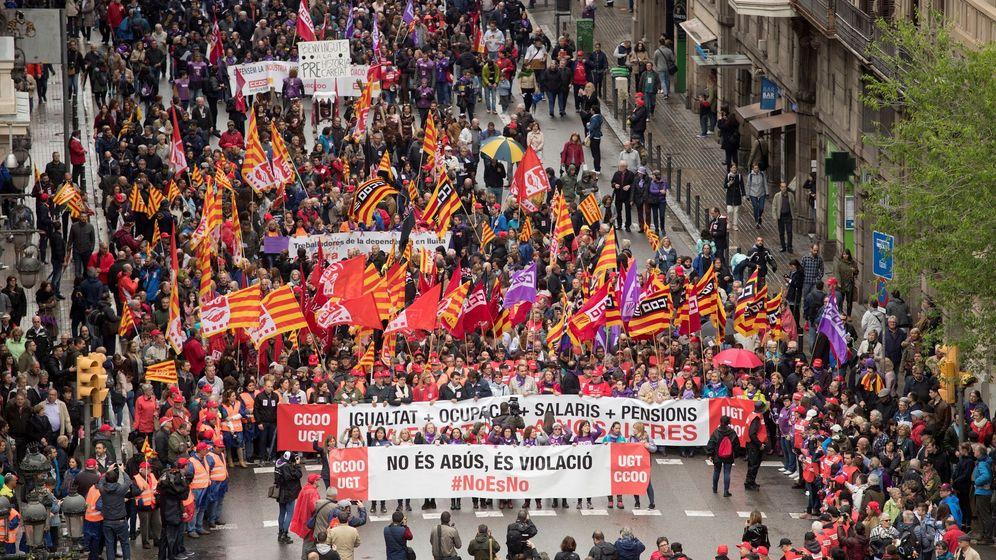 Manifestación convocada por los principales sindicatos catalanes, CCOO y UGT, hoy en Barcelona. (EFE)