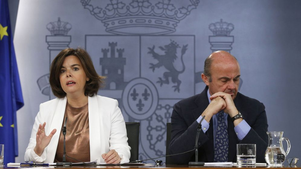 Foto: La vicepresidenta del Gobierno en funciones, Soraya Sáenz de Santamaría, y el ministro de Economía en funciones, Luis de Guindos, durante una rueda de prensa. (EFE)