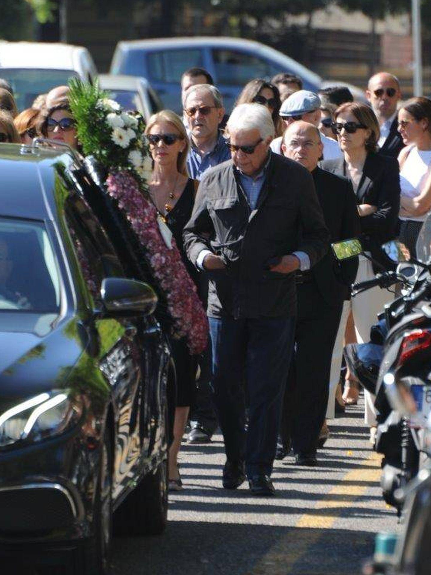 Felipe, Mar y Carmen, en el funeral del hermano del expresidente. (Sevilla Press)