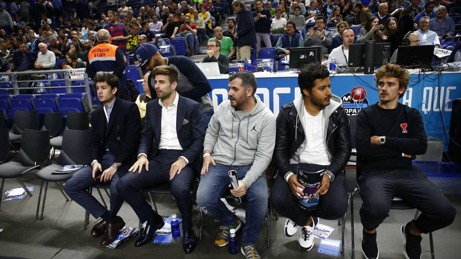 Foto: Gerard Piqué (segundo por la izquierda) y Antoine Griezmann (primero por la derecha), este jueves en la Copa del Rey. (ACB Photo)