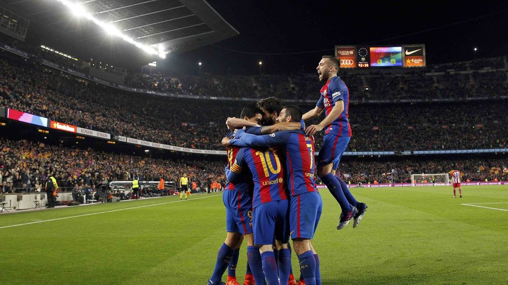 Foto: Los jugadores del Barça se apiñan sobre Suárez (Albert Gea/Reuters).