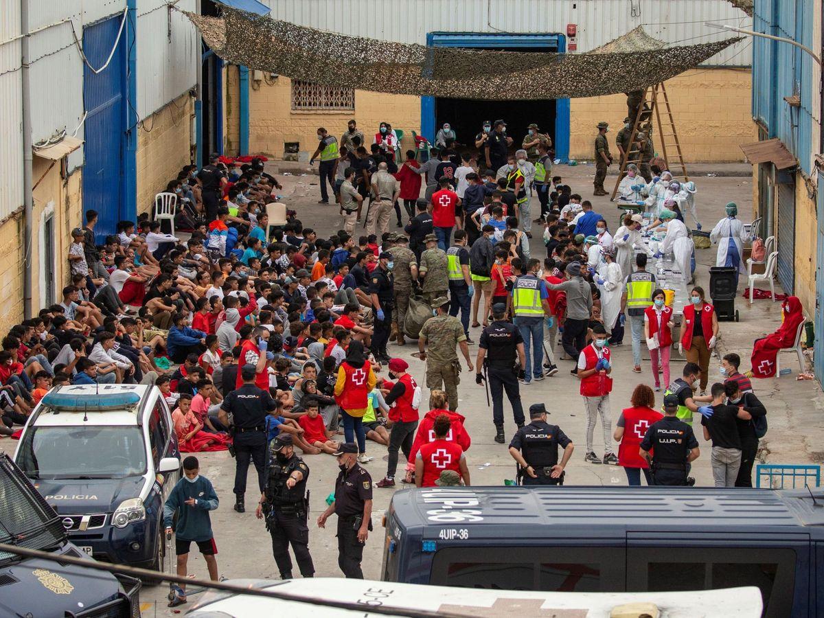 Foto: Decenas de menores llegados solos a Ceuta esperan para hacerse las pruebas de covid. (EFE)