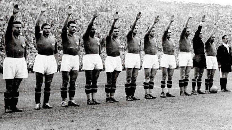 Futbolistas del Calcio hacen el saludo romano.