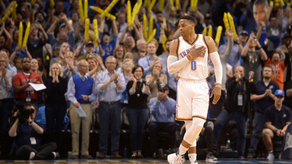 Foto: Westbrook celebra su logró ante los Bucks al lado de su afición. (Reuters)