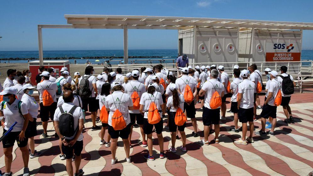 Foto: Un grupo de auxiliares de playas de la Junta de Andalucía en Almería. (EFE)