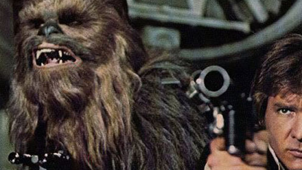 Chewbacca, retenido en un aeropuerto por llevar una espada láser