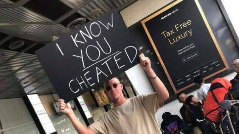 Recibe a su novia en el aeropuerto con un cartel de sé que me has engañado