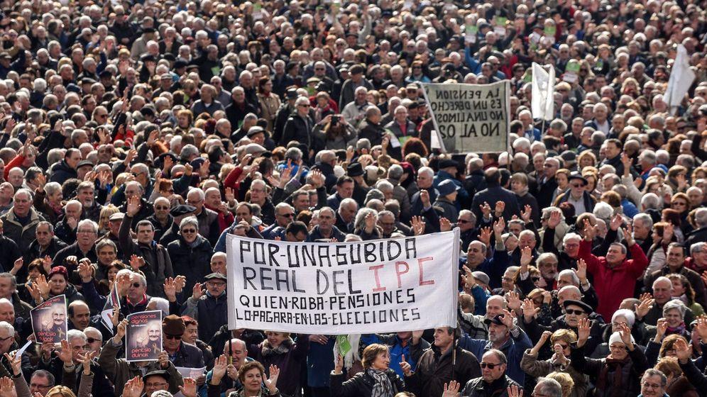 Foto: Miles de jubilados y pensionistas convocados por la plataforma de asociaciones de jubilados, viudas y pensionistas de Bizkaia. (EFE)