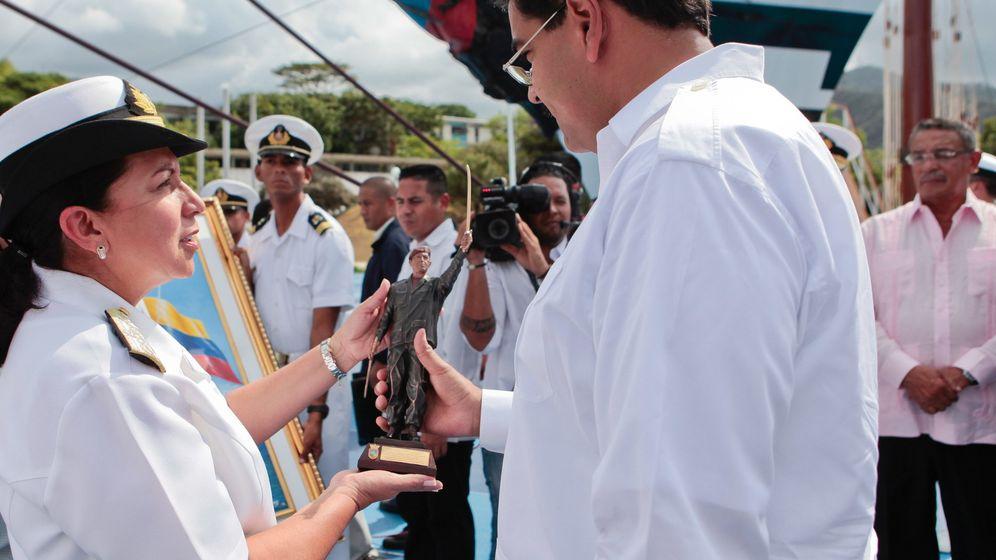 Foto: En 2013, Carmen Meléndez, ministra de Defensa, hace entrega a Nicolás Maduro de una estatuilla del malogrado Hugo Chávez. (EFE)