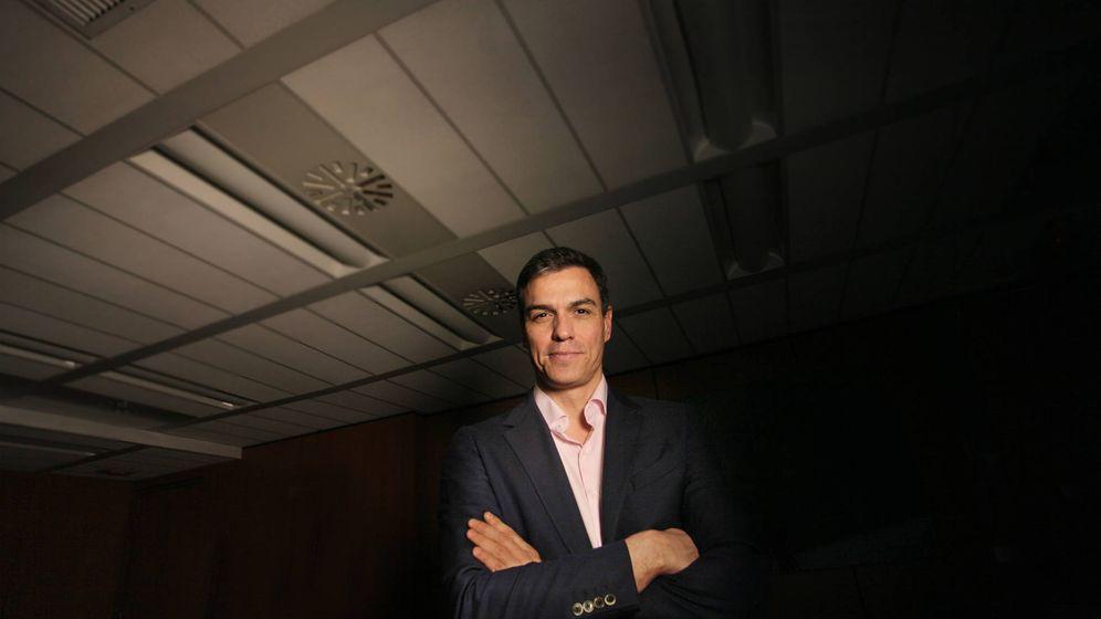 Foto: Pedro Sánchez, en su despacho en Ferraz, con El Confidencial este 27 de febrero. (Enrique Villarino)