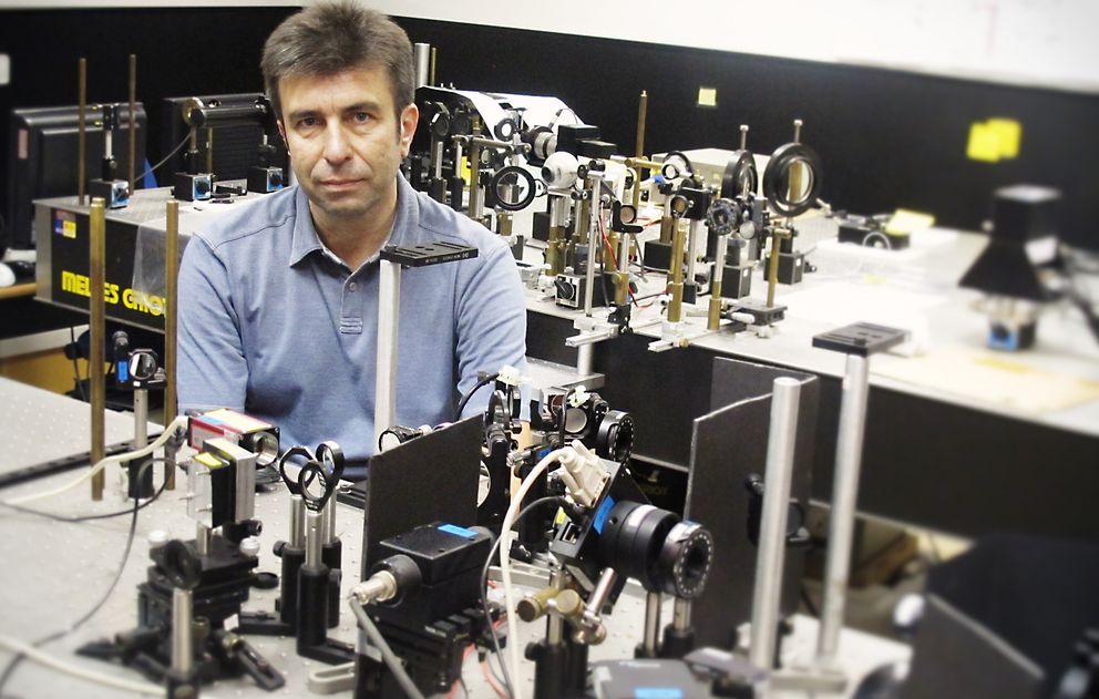 Foto: Pablo Artal, en el Laboratorio de Óptica de la Universidad de Murcia (LOUM)