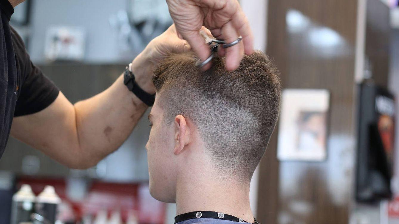 24 horas sin parar cortando el pelo gratis en Cádiz por una buena causa