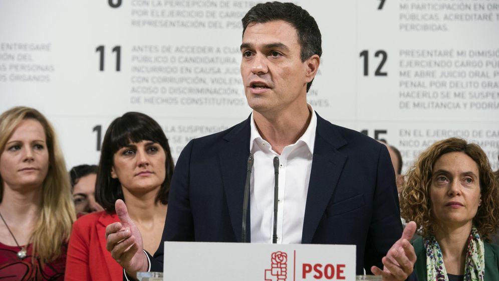 Foto: Pedro Sánchez, rodeado de candidatos socialistas, en la firma del código ético del partido, este 4 de noviembre en el Museo ABC de Madrid. (EFE)
