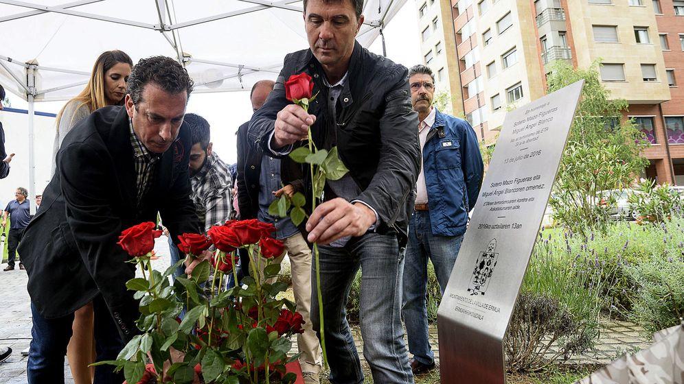 Foto: El concejal de EH Bildu en Ermua, Paul Javier Yarza, participa en la ofrenda floral en recuerdo a Miguel Ángel Blanco. (EFE)