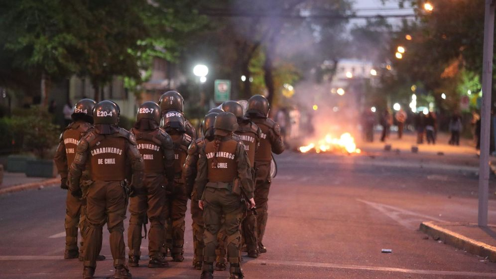 Foto: Carabineros actúan contra manifestantes en una calle del barrio de Providencia, en el este de Santiago (Chile) (EFE)