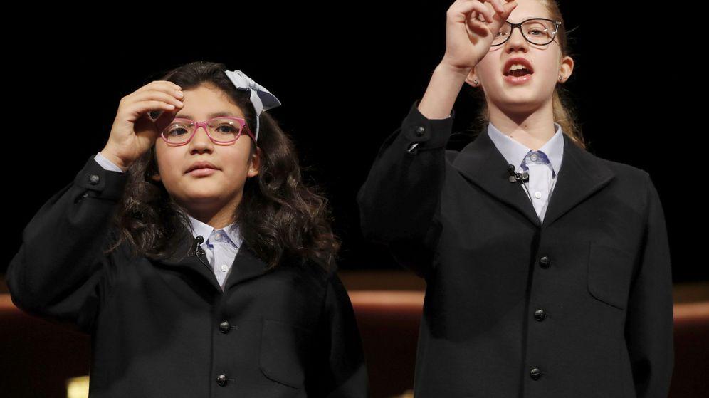 Foto: Dos niñas de San Ildefonso muestran el primer quinto premio extraído en 2016 (EFE)