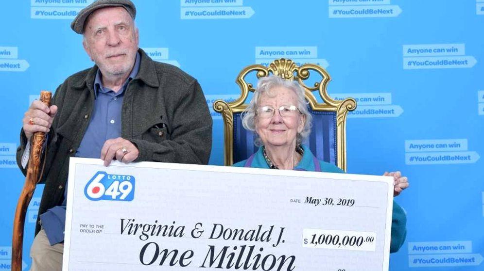Foto: Virginia y Donald Johnson, en el momento de recibir su cheque premiado (Foto: Lotto Canadá)