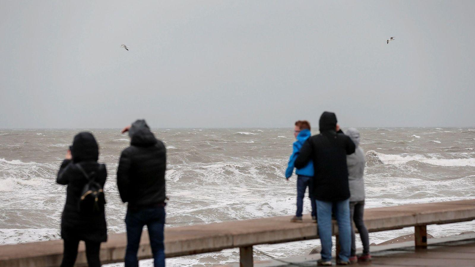 Foto: Las lluvias, el viento y los fenómenos costeros mantienen este sábado en alerta de nivel naranja, de nivel importante, a diferentes zonas de Comunidad Valenciana. (EFE)