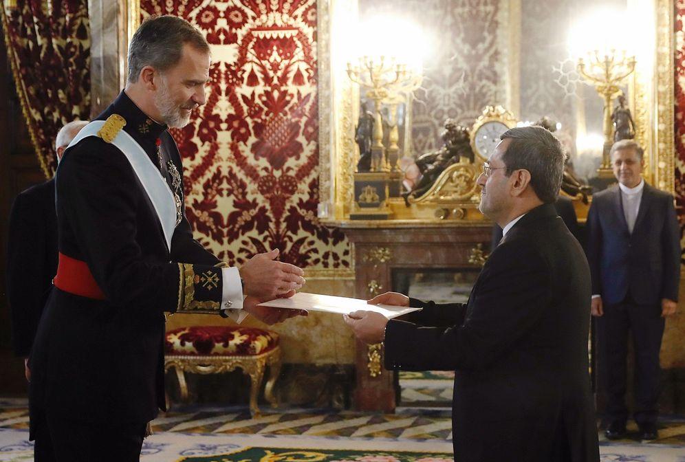 Foto: El embajador de la República de Irán Hassan Ghashghavi (d), durante la presentación de cartas credenciales al rey Felipe VI, en una foto de archivo de 2019. (EFE)