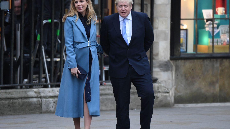 El look completo de Carrie Symonds saliendo de la abadía de Westminster.(EFE)