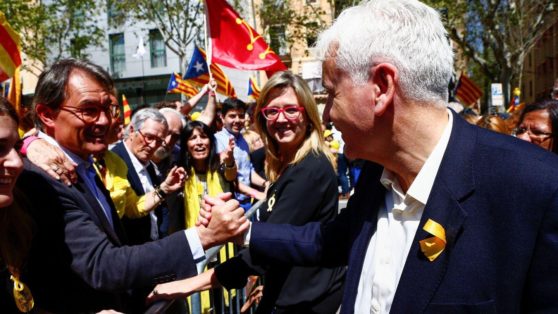 Artur Mas (i) saluda al 'exconseller' de Cultura Ferran Mascarell (d) durante una manifestación. (EFE)