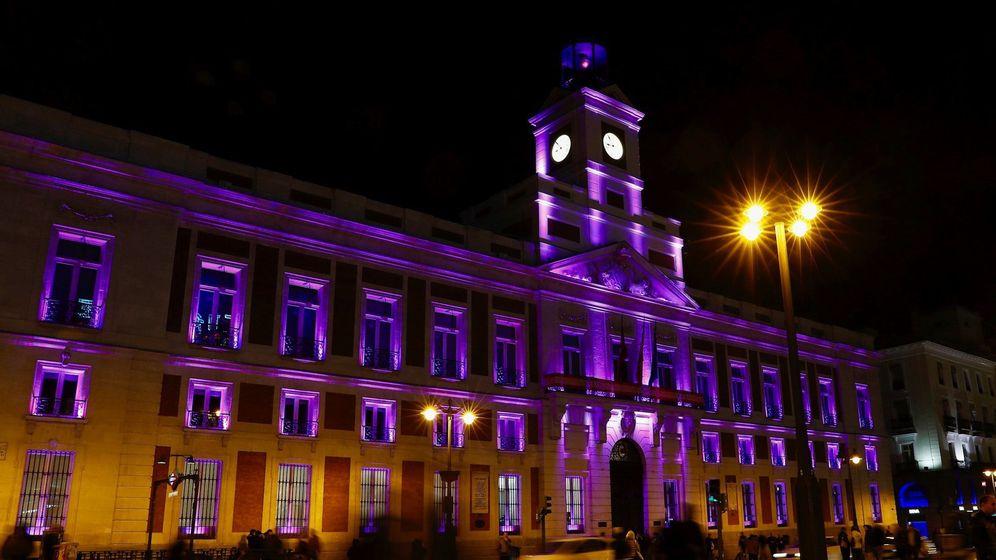 Foto: La sede de la Comunidad de Madrid se ilumina de violeta por el Día Internacional de la Mujer. (EFE)
