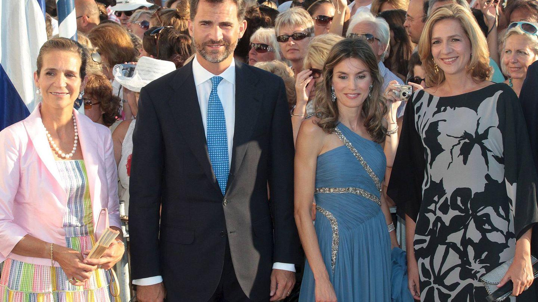 Los Reyes, con la infanta Cristina en la boda de Nicolás de Grecia. (EFE)