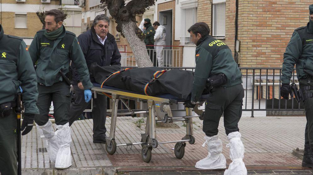 Foto: Las autoridades, sacando al fallecido en el tiroteo de La Algaba (Efe).