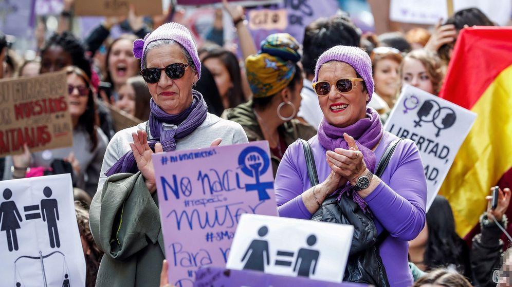 Foto: Un grupo de mujeres se concentra el 8 de marzo con motivo del Día Internacional de la Mujer. (EFE)