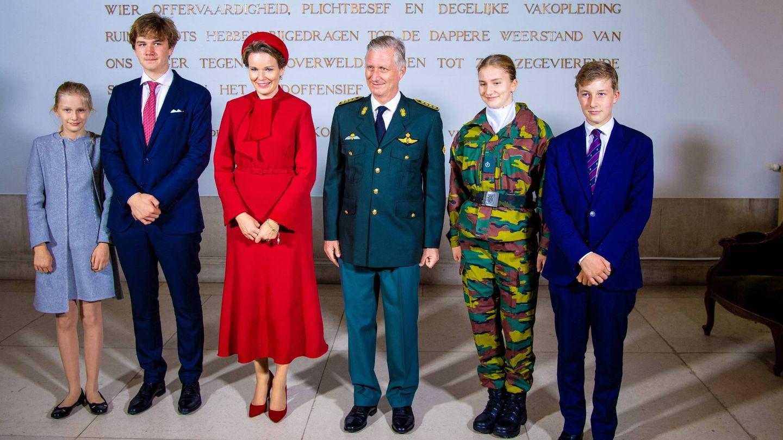 La familia real, posando en la Real Academia Militar. (Cordon Press)