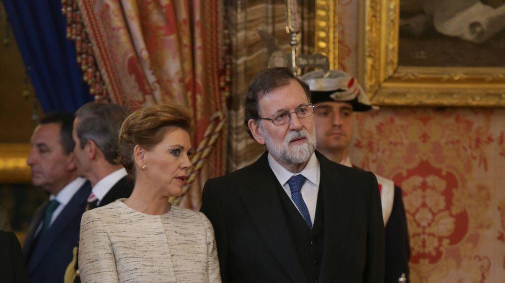 Foto: Maria Dolores de Cospedal comparte confidencias con Mariano Rajoy durante la Pascual Militar.