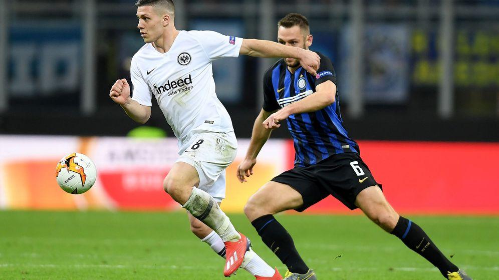 Foto: Luka Jovic en una acción de ataque contra el Inter de Milán en la Europa League. (Efe)