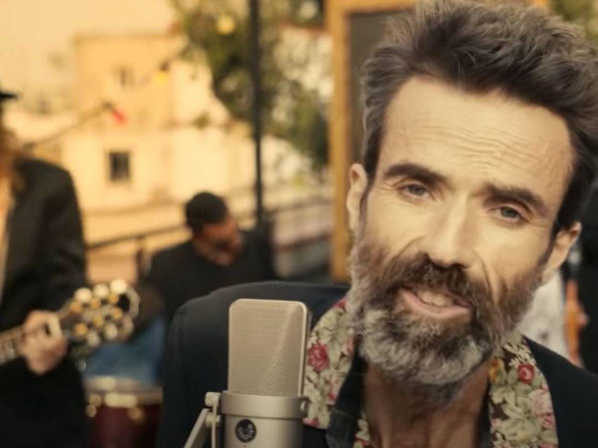 Foto: Pau Donés en un momento del videoclip de 'Eso que tú me das' (YouTube)