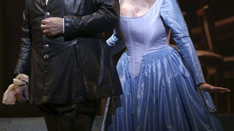 Foto: El tenor Plácido Domingo y la soprano Ainhoa Arteta, durante el ensayo general de 'Cyrano de Bergerac'. (EFE)
