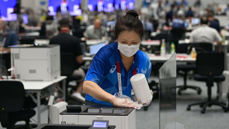 Desinfección de una sala de prensa en Tokio. (EFE)