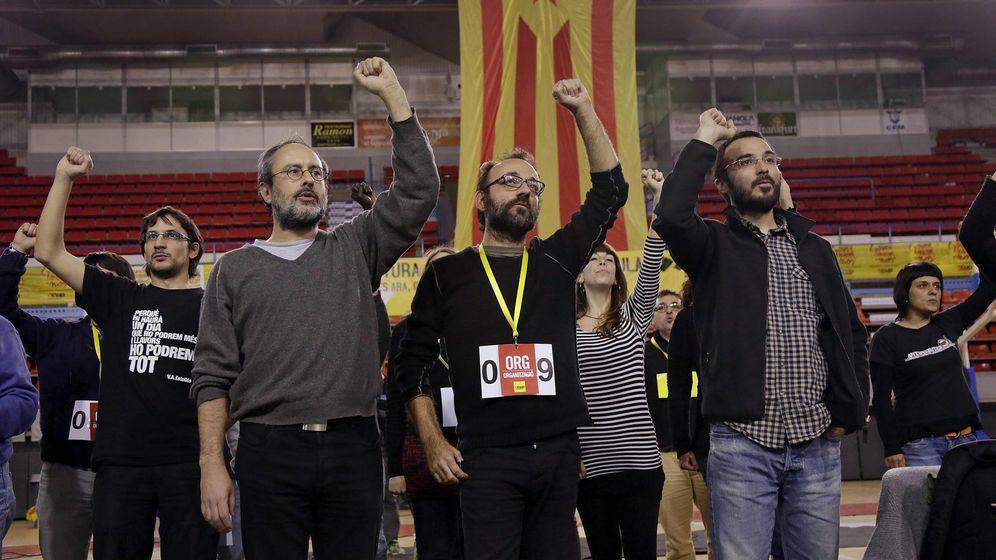 Foto: Los miembros de la CUP Antonio Baños, Benet Salellas y Albert Butran, durante un acto de la formación política. (EFE)