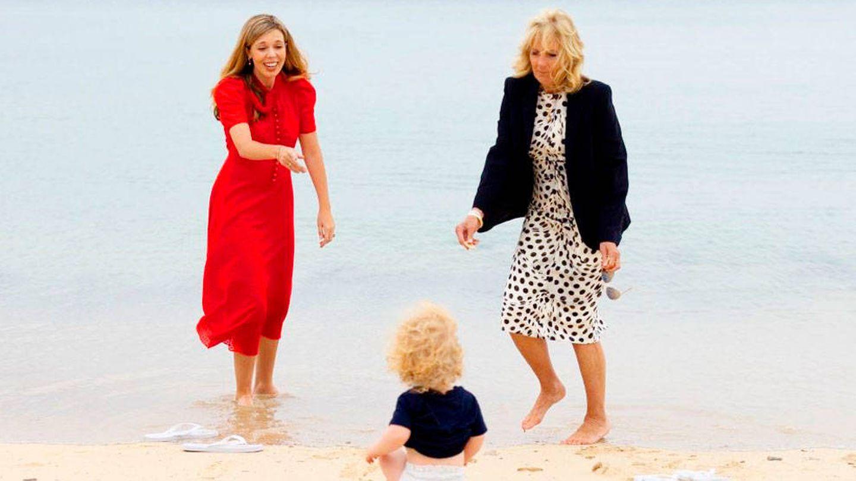 Carrie Symonds y Jill Biden se divierten en la playa. (Simon Dawson / Nº10 Downing Street)