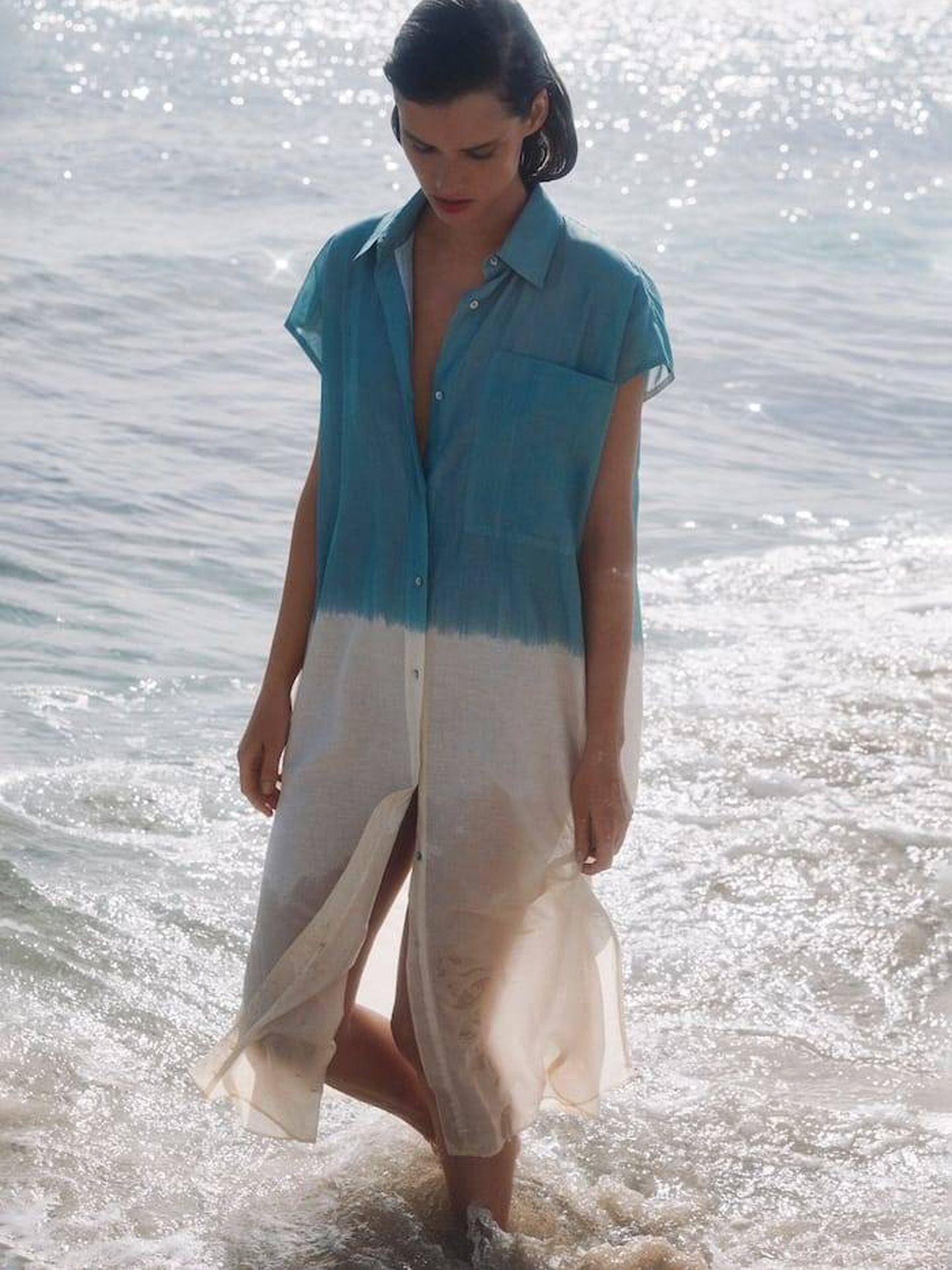 Vestido tie-dye de Massimo Dutti. (Cortesía)