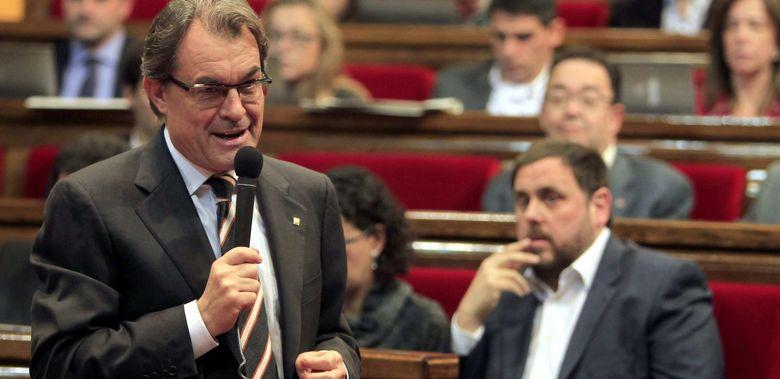 Foto: El lider de ERC, Oriol Junqueras (d), escucha la intervención del presidente de la Generalitat, Artur Mas. (EFE)