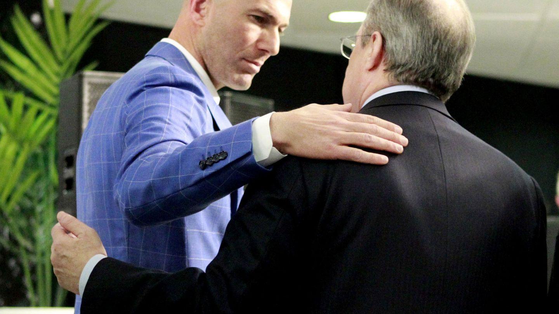 Zidane conversa con Florentino Pérez en el palco del estadio Santiago Bernabéu. (EFE).