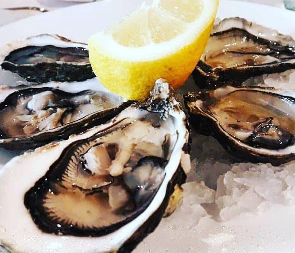 Foto: Ostras, almejas, pescados y mariscos hacen las delicias de los comensales.