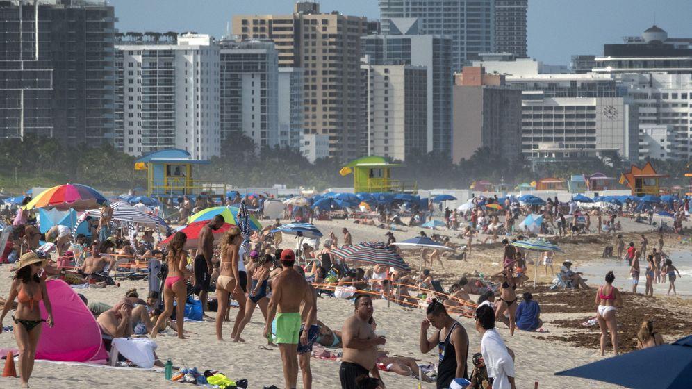 Foto: Cientos de personas, en una playa de Miami el 26 de junio, día en que se produjo el récord de casos diarios desde el inicio de la pandemia. (Reuters)