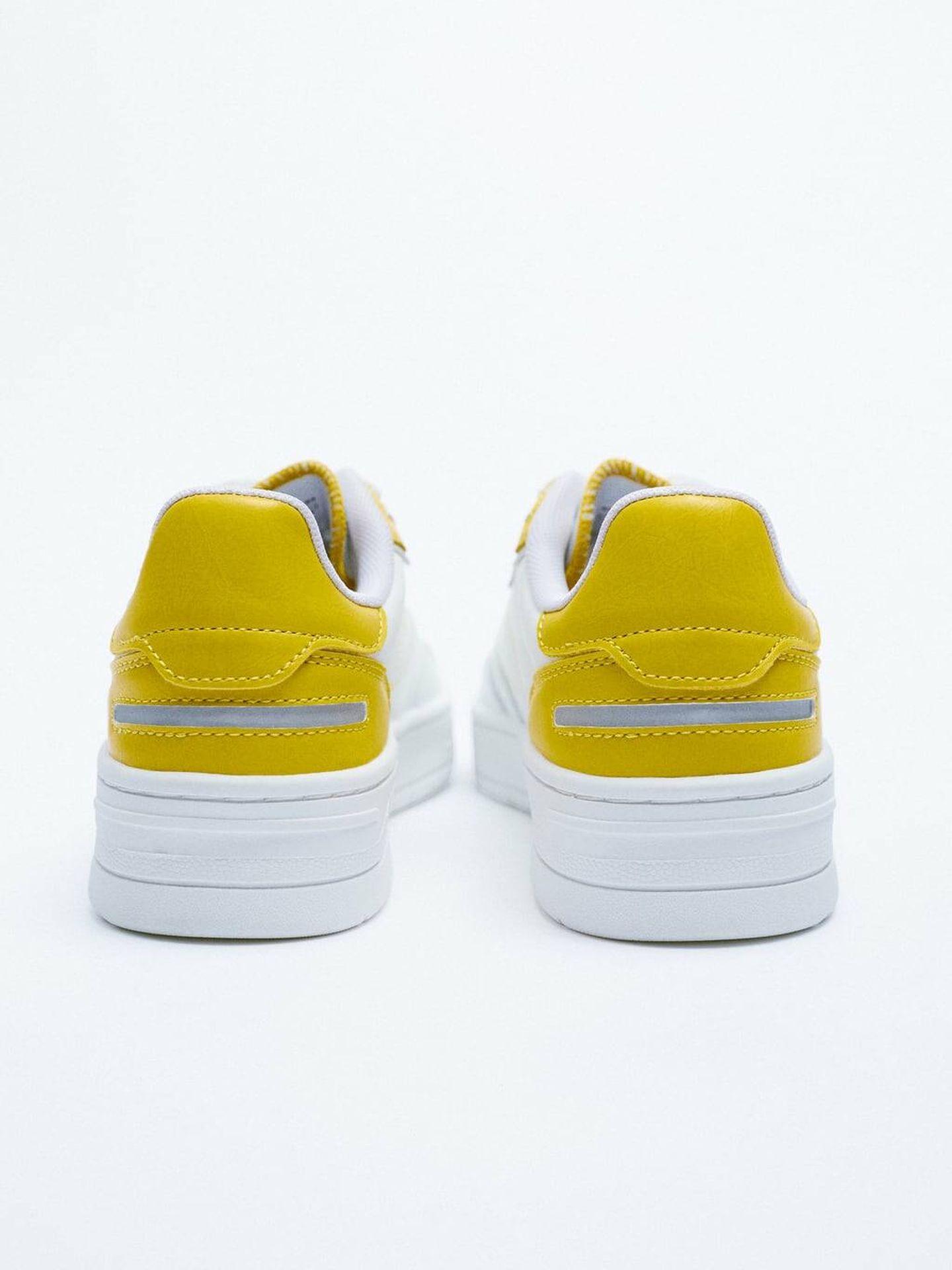 Zapatillas deportivas blancas de Zara. (Cortesía)