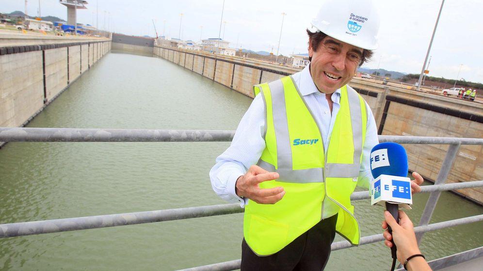 Foto: El presidente de la compañía Sacyr, Manuel Manrique, durante un recorrido por la esclusa de Cocolí en el Canal de Panamá. (EFE)