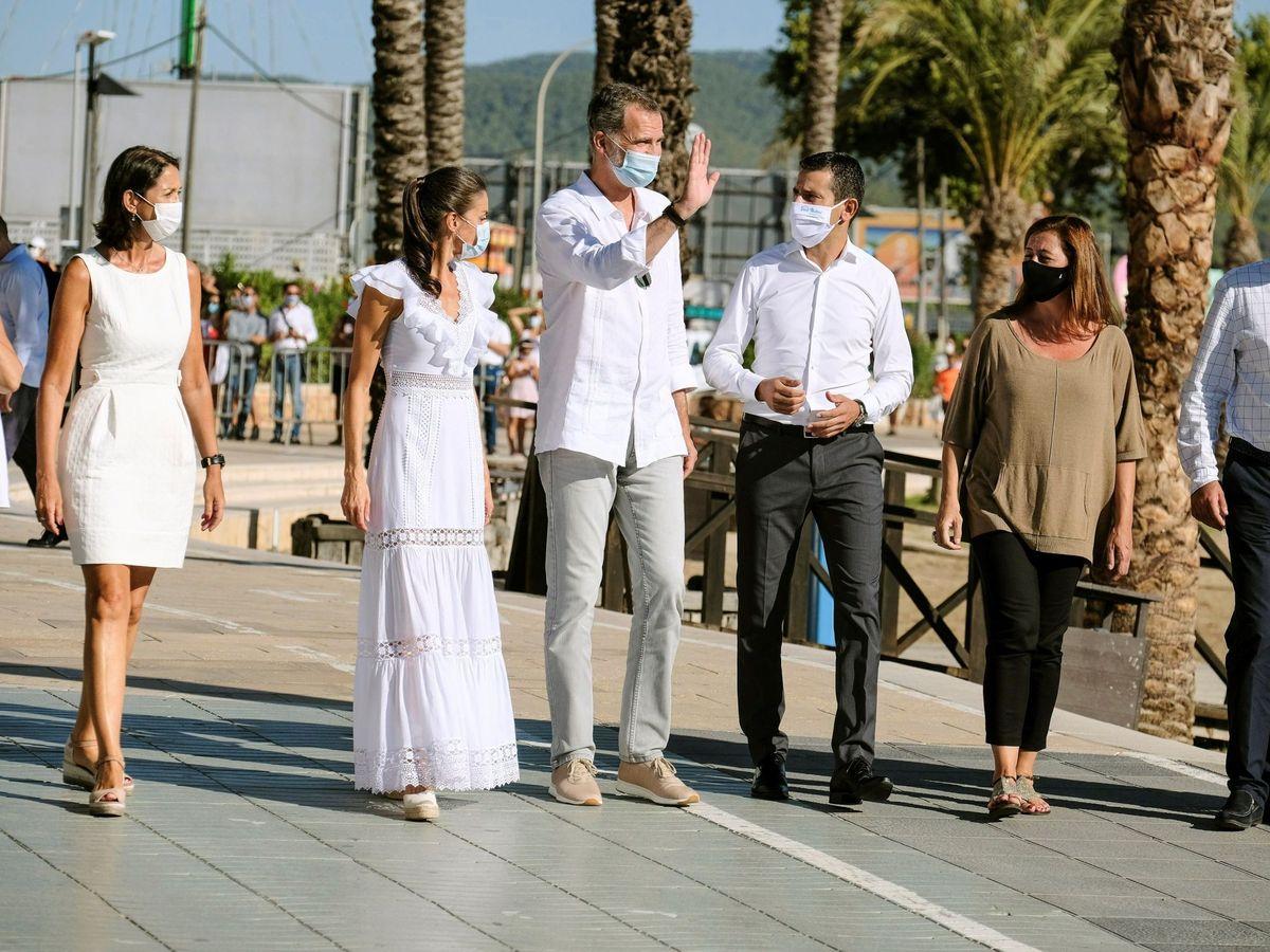Foto: Felipe VI lució sus Yuccs durante el paseo con las autoridades por Ibiza (EFE/Sergio G. Canizares)