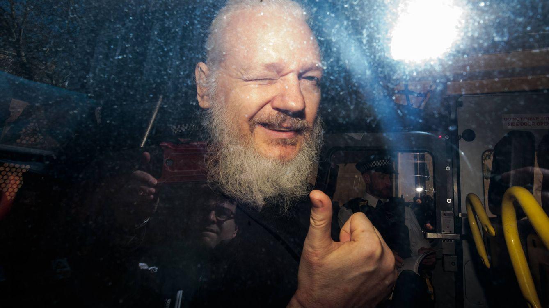 Julian Assange a los 50: hacker juvenil, 'novio' de Pamela Anderson y padre por sorpresa